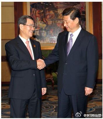 """10月6日,习近平在巴厘岛会晤萧万长。两人见面互称""""先生""""。"""